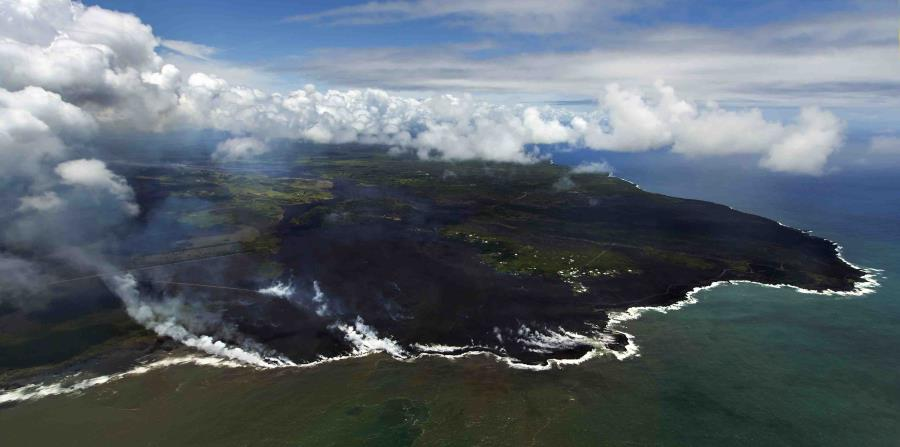 La mayor parte de la zona de Kapoho, incluyendo las piscinas marinas, aparecen cubiertas de lava fresca y apenas unas pocas propiedades siguen intactas, mientras continúa la erupción de la fisura este del volcán Kilauea, (horizontal-x3)