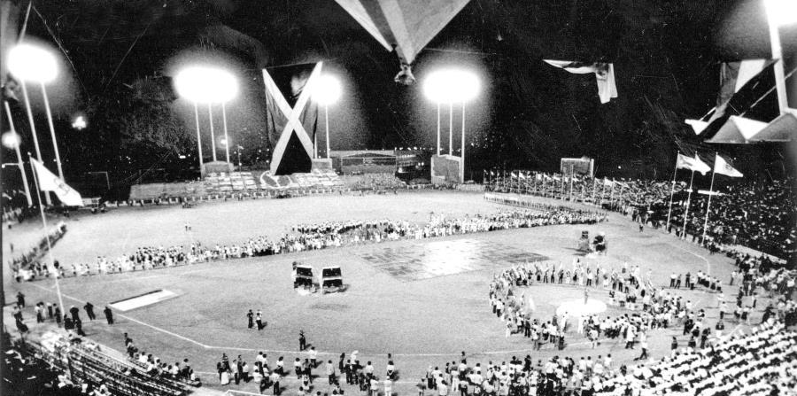 Los Juegos Panamericanos de San Juan 1979 fueron inaugurados  en el estadio Hiram Bithorn. A la izquierda, Charlie Bermúdez, quien fue el abanderado de la delegación puertorriqueña. (horizontal-x3)