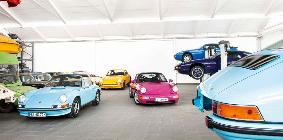 Un 944 S2 en Azul Marino es tan llamativo como el rosado lavado Ruby Estrella del 911 Carrera RS 964 y el poderoso 928 GTS en Amaranto Violeta.