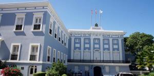 Instalan bandera gigante sobre la calle Fortaleza en el Viejo San Juan