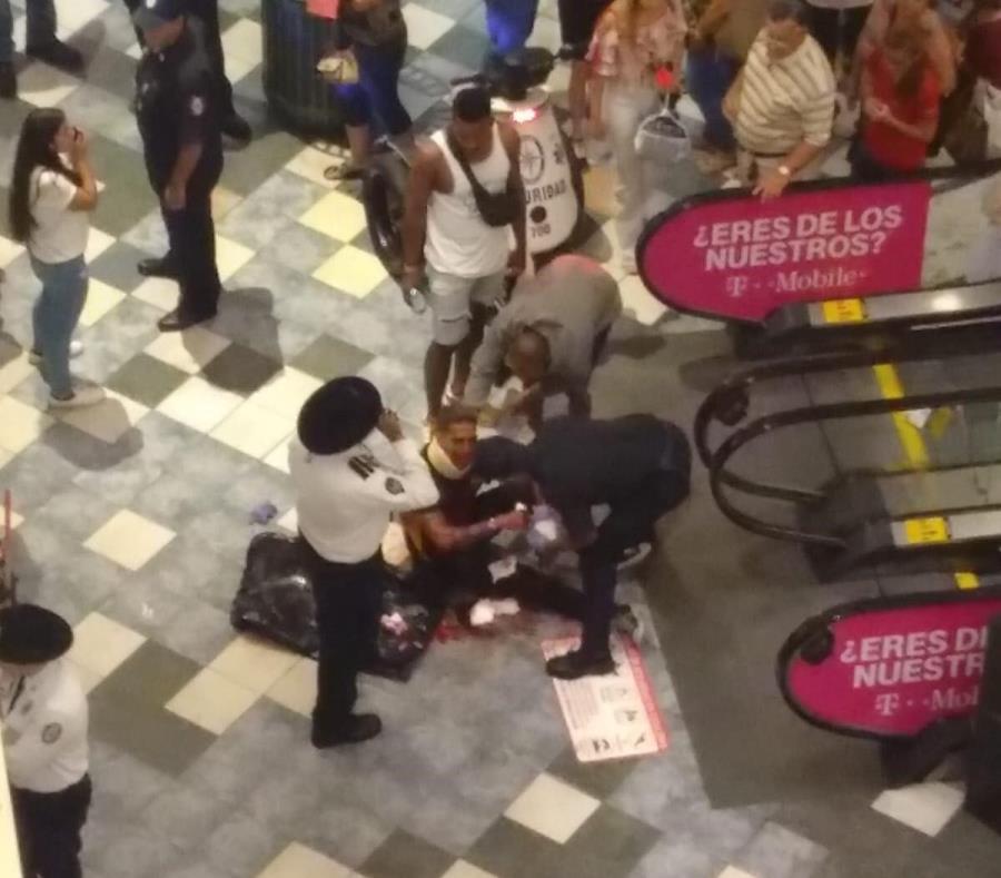 Michael Guzmán Rondán es atendido por personal de seguridad y de emergencias luego de ser agredido. (Suministrada) (semisquare-x3)