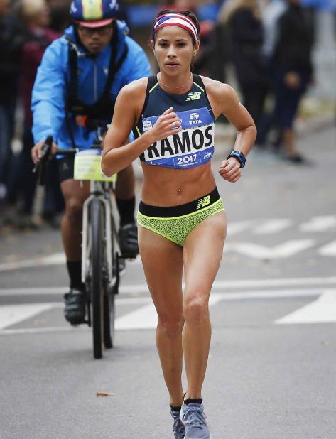 Beverly Ramos compitió en el Maratón de Nueva York con la bandera de Puerto Rico en su cabeza. (AP) (vertical-x1)