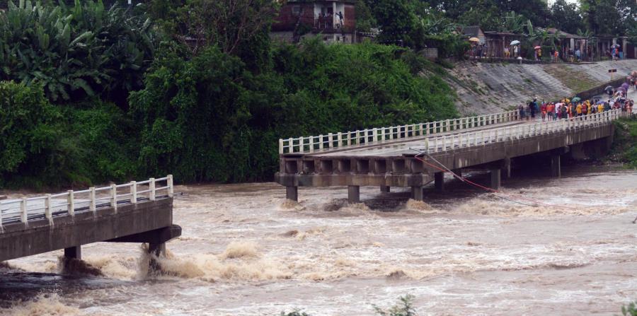 Las fuertes lluvias causaron el derrumbe de un puente sobre el río Zaza en Sancti Spíritus. (EFE / Oscar Alfonso) (horizontal-x3)