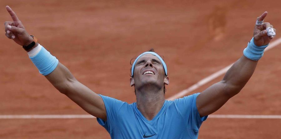 El español Rafael Nadal festeja su victoria sobre el austriaco Dominic Thiem en la final del Abierto de Francia, en el estadio Roland Garros de París, Francia, el domingo 10 de junio de 2018. (AP) (horizontal-x3)