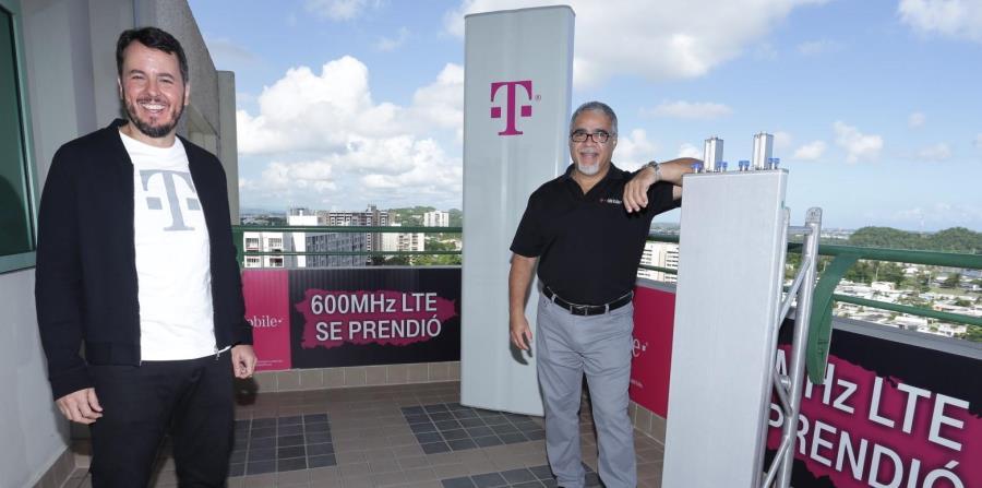 A la izquierda, Jorge Martel, principal ejecutivo de T-Mobile Puerto Rico, junto a Roberto Bayrón, director de ingeniería de la empresa. Al fondo, una de las nuevas antenas de la proveedora de telecomunicaciones. (Suministrada) (horizontal-x3)