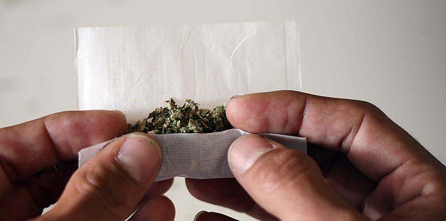 Un hombre prepara un cigarrillo con marihuana sintética. (GFR Media) (horizontal-x3)