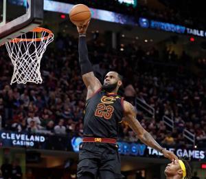 LeBron James anota 46 puntos y los Cavaliers empatan la serie
