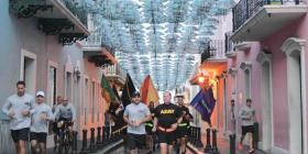 Rosselló corre con miembros de la Guardia Nacional por el Viejo San Juan