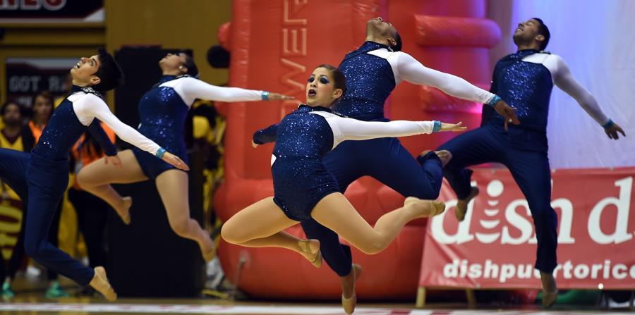 El grupo de baile de la Universidad de Puerto Rico en Bayamón realiza su coreografía durante las Justas del 2015. (horizontal-x3)
