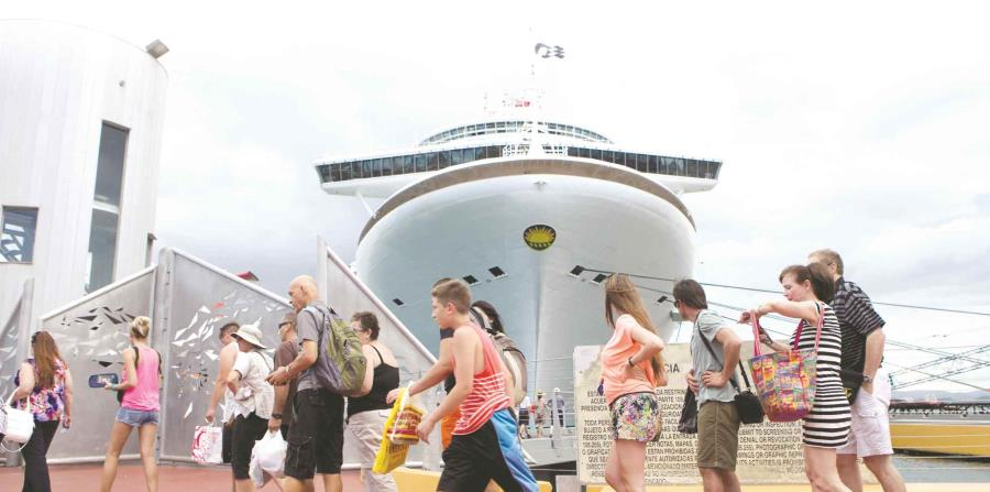 Turistas en el área portuaria de San Juan (horizontal-x3)