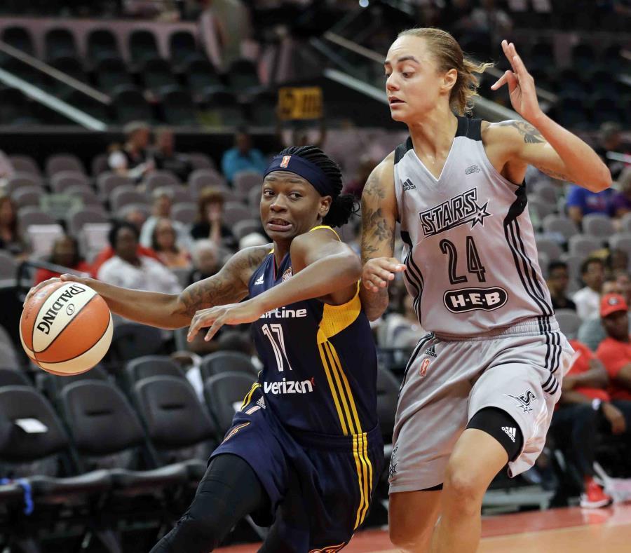 Jazmon Gwathmey, a la derecha en gestión defensiva, en uniforme de San Antonio de la WNBA. (AP / Archivo) (semisquare-x3)