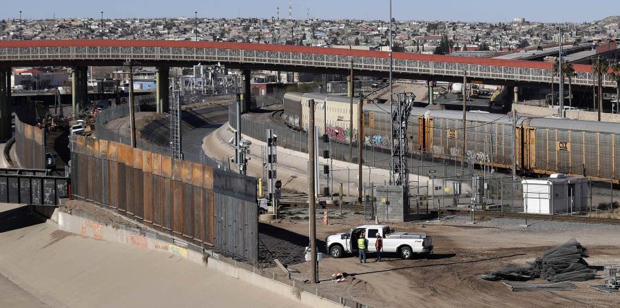 Esta foto muestra la construcción de una nueva barrera en la frontera de Texas con México cerca del centro de El Paso. (AP / Eric Gay) (horizontal-x3)