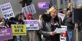 Stormy Daniels protesta en Illinois contra un impuesto a las desnudistas
