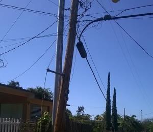 Temerosos vecinos de Vega Alta por poste de luz