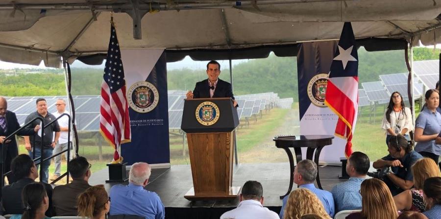 El gobernador Ricardo Rosselló durante el anuncio en una planta solar. (Twitter / La Fortaleza) (horizontal-x3)