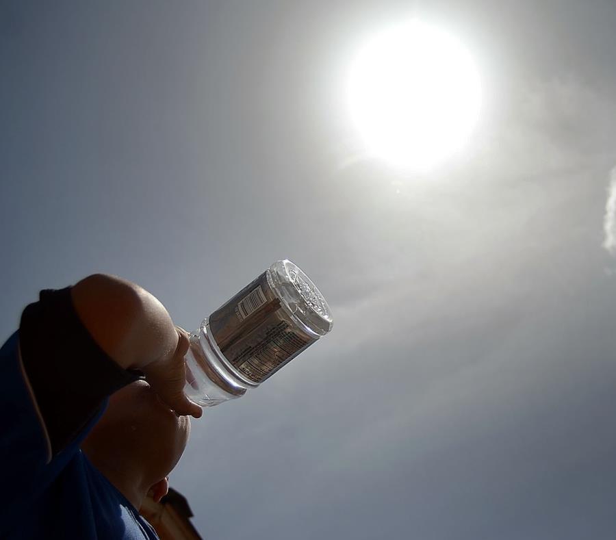 En la foto un hombre tomando agua. (GFR Media) (semisquare-x3)