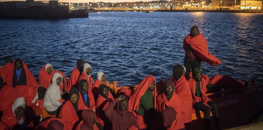 En esta fotografía tomada el viernes se muestra a unos migrantes a bordo de un barco del Servicio de Rescate Marítimo de España, en el puerto español de Tarifa (horizontal-x3)