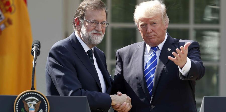 Mariano Rajoy, presidente de España, le estrecha la mano al presidente de Estados Unidos, Donald Trump. (AP) (horizontal-x3)