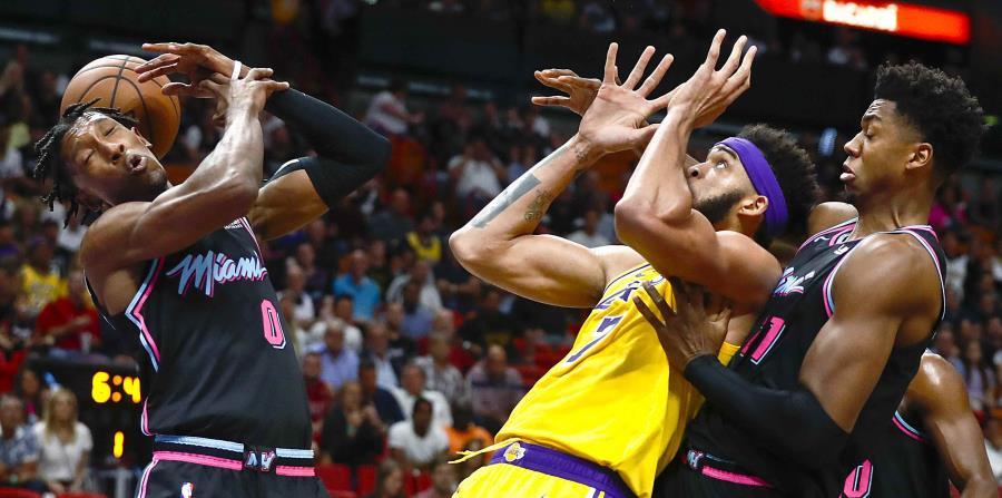 Josh Richardson, base del Heat de Miami, intenta atrapar un balón, frente a JaVale McGee, pívot de los Lakers de los Ángeles, ayer. (AP) (horizontal-x3)