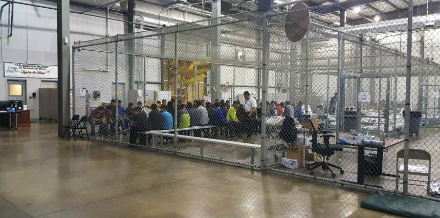 En esta fotografía proporcionada por la Oficina de Aduanas y Protección Fronteriza de Estados Unidos, personas que han sido detenidas por intentar entrar al país sin autorización, están sentadas en una de las jaulas en el centro de McAllen, Texas (horizontal-x3)