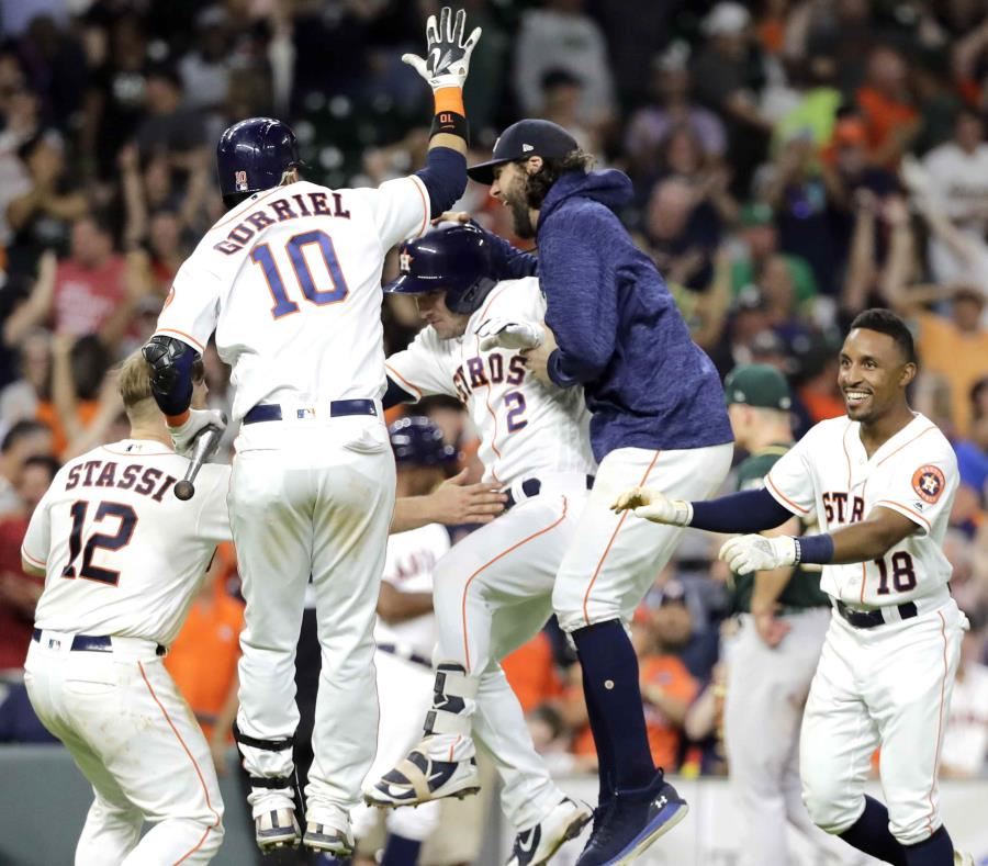 Alex Bregman y los Astros celebran el triunfo. (AP) (semisquare-x3)