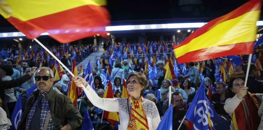 Partidarios del Partido Popular ondean banderas españolas durante un evento de cierre de campaña en Madrid, el viernes 26 de abril. (AP/ Andrea Comas) (horizontal-x3)