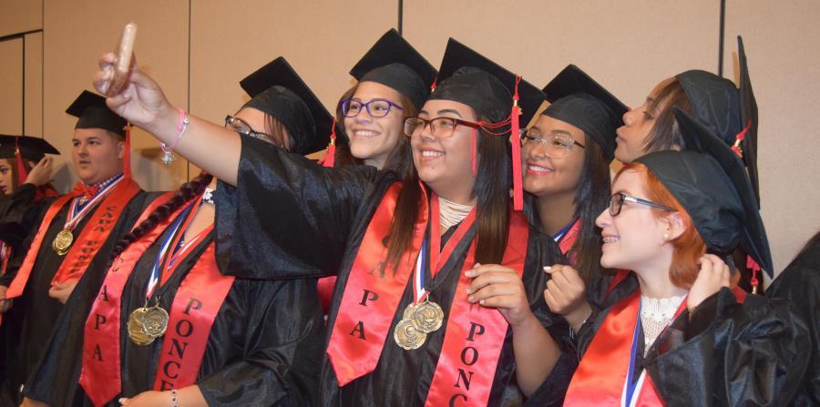 Estudiantes del recinto de Ponce de los Centros Sor Isolina Ferré posan para una foto tras su ceremonia de graduación de cuarto año, celebrada ayer en Coamo. (Suministrada) (horizontal-x3)