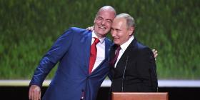 El presidente de la FIFA aprovecha el Mundial para codearse con Putin