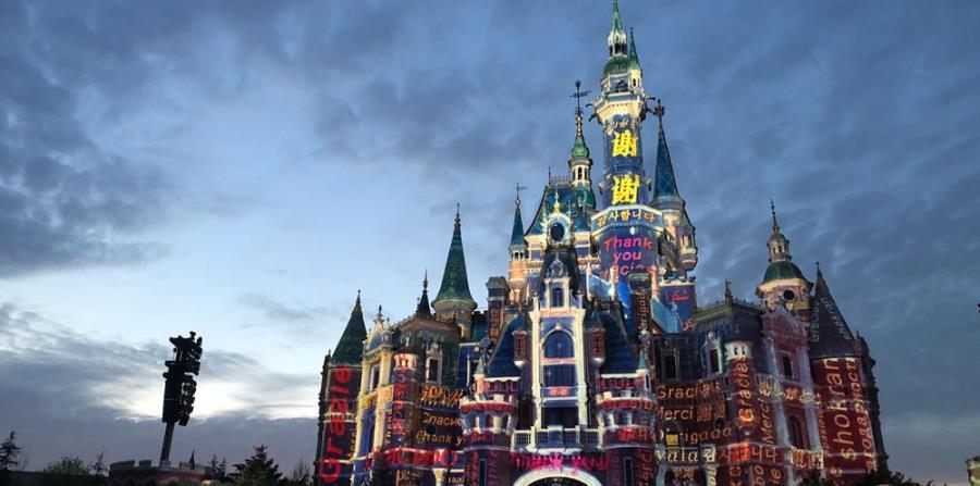 """Castillo Enchanted Storybook en Shanghai Disneyland con las palabras """"Gracias"""" iluminadas en sus paredes. (Suministrada)"""