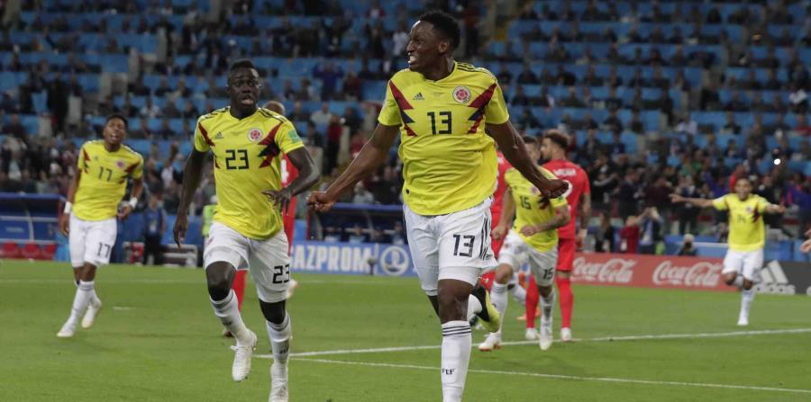El zaguero de Colombia Yerry Mina festeja tras marcar el gol para el empate 1-1 contra Inglaterra en el tiempo reglamentario del partido por los octavos de final del Mundial (horizontal-x3)