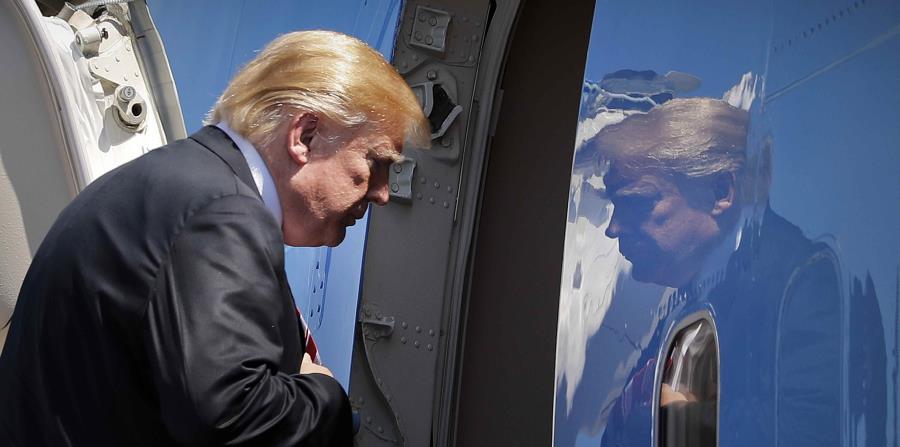Trump entra al Air Force One para su partida del Aeropuerto Internacional de Palm Beach el pasado jueves. (AP) (horizontal-x3)