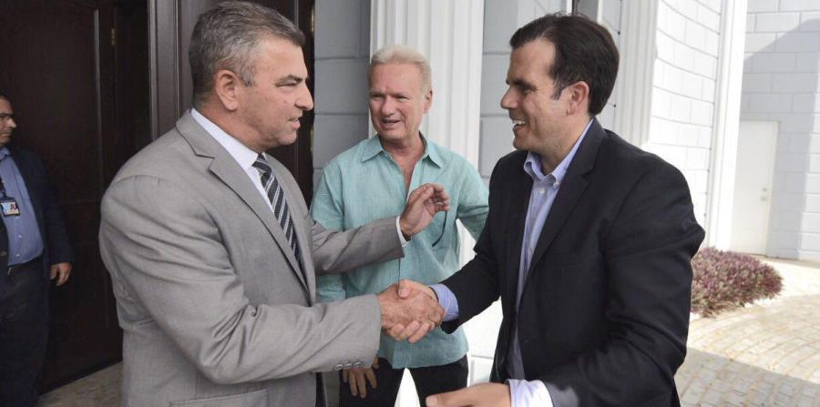 El alcalde de Vega Alta, Oscar Santiago, saluda al gobernador Ricardo Rosselló Nevares.  (Suministrada) (horizontal-x3)