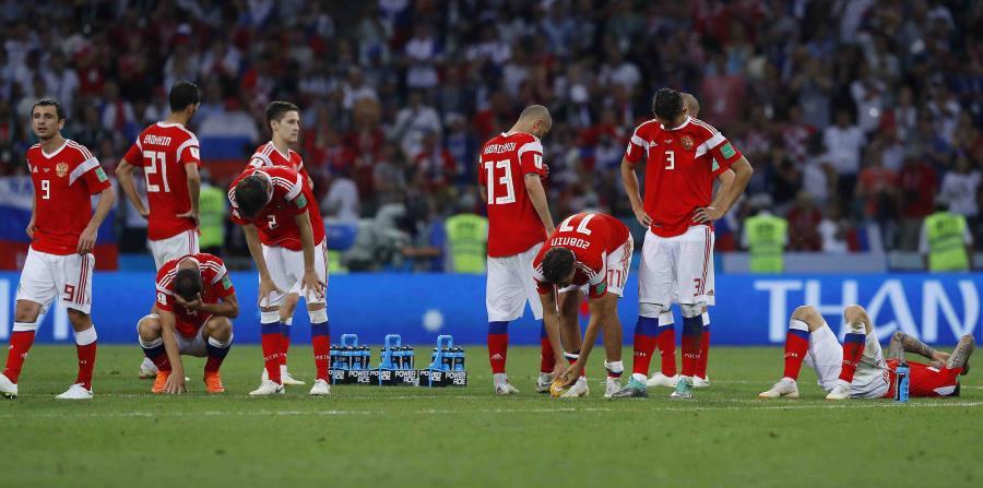 Los jugadores rusos salen del campo de juego tras ser eliminados por Croacia. (AP) (horizontal-x3)