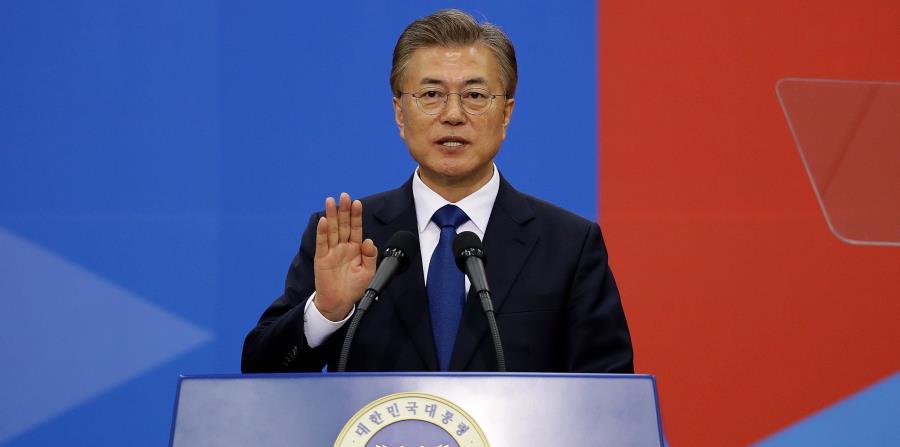El presidente progresista Moon Jae-in está a favor de una estrategia más cordial hacia Corea del Norte que sus predecesores, y se ha ofrecido a visitar Pyongyang si las circunstancias son las adecuadas. (horizontal-x3)