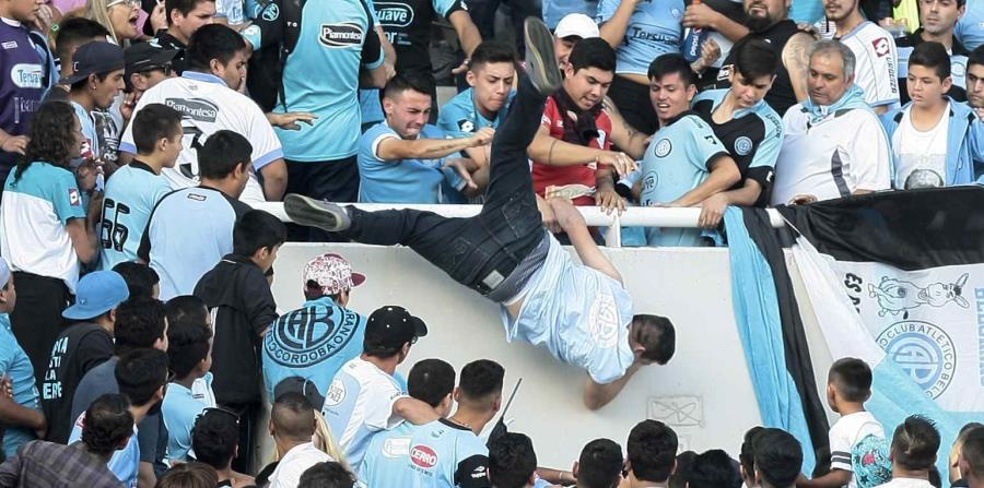 El joven fue lanzado por varias personas durante el partido. (horizontal-x3)