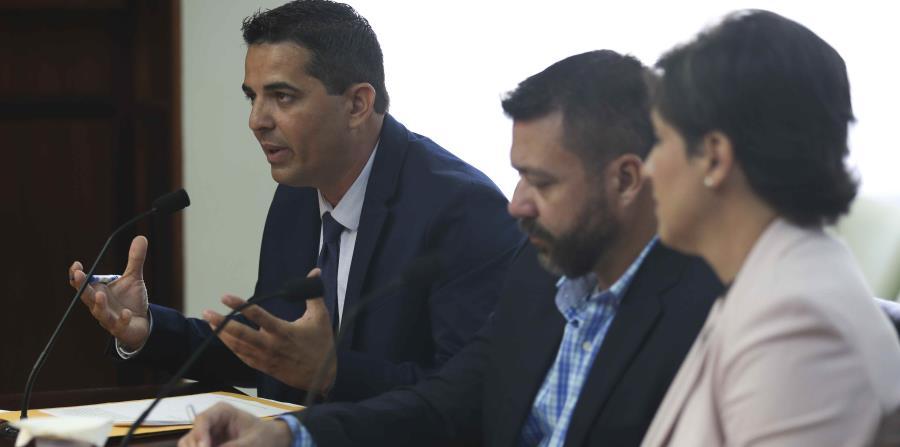 El vicealcalde de Aguada Wilbert Ortiz (extrema izquierda)  mostró preocupación de que el servicio de agua potable al municipio se vea afectado por los trabajos de reparación. (horizontal-x3)