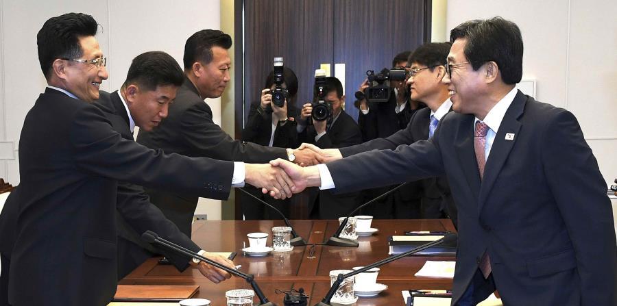 El jefe de la delegación surcoreana, Jeon Choong-ryul, estrecha la manos de su homólogo norcoreano, Won Kil U, durante una reunión en la localidad de Panmunjom, en la zona desmilitarizada (horizontal-x3)