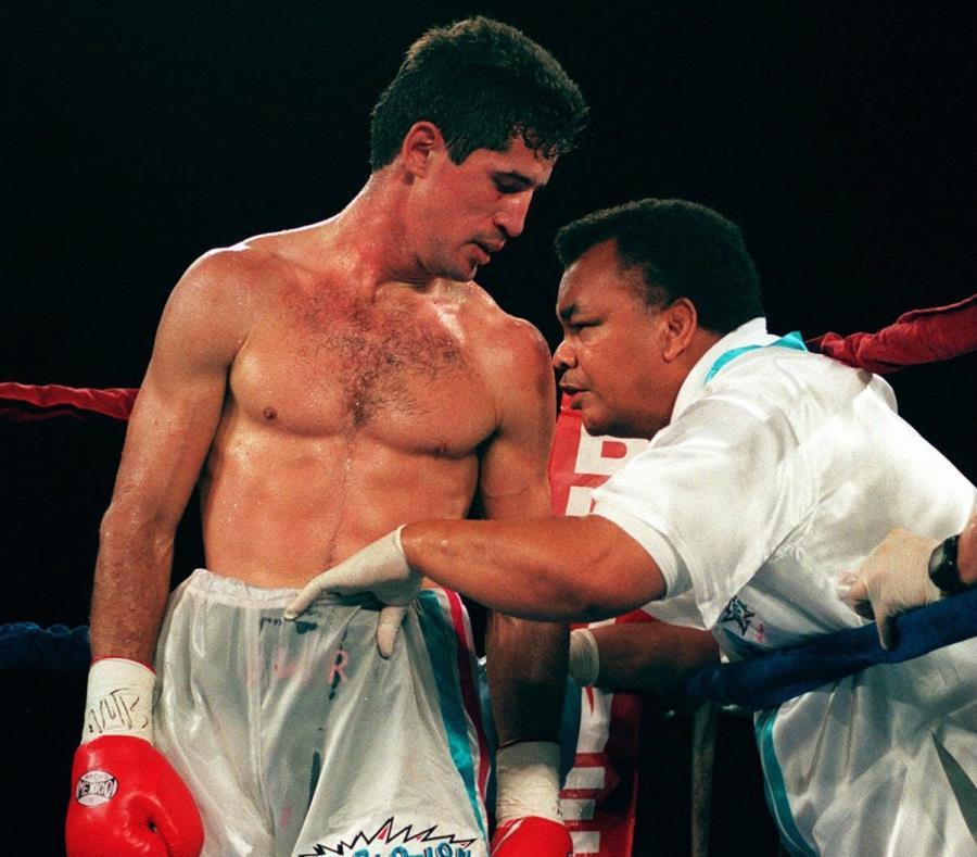 Josué Márquez Acevedo (der.) aconseja a su expupilo, Wilfredo Rivera, durante su combate de revancha de 1996 contra el entonces campeón Pernell Whitaker. (GFR Media) (semisquare-x3)