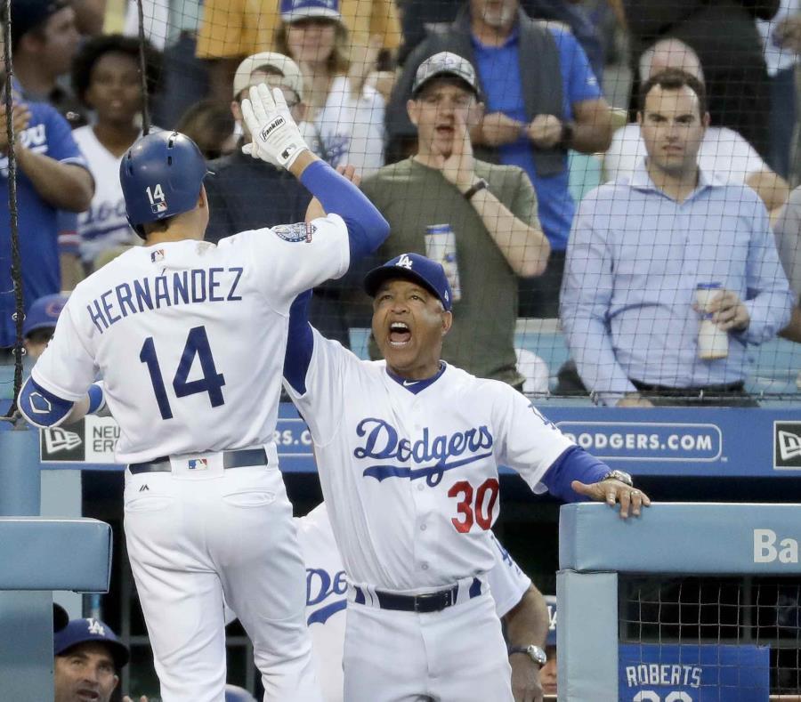 Enrique Hernández celebra su cuadrangular con el dirigente Dave Roberts. (AP) (semisquare-x3)