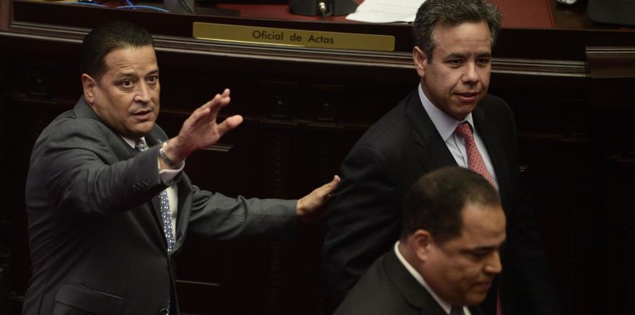 Miguel Romero (al centro, presentó ayer un borrador para enmendar la Ley 100. (horizontal-x3)