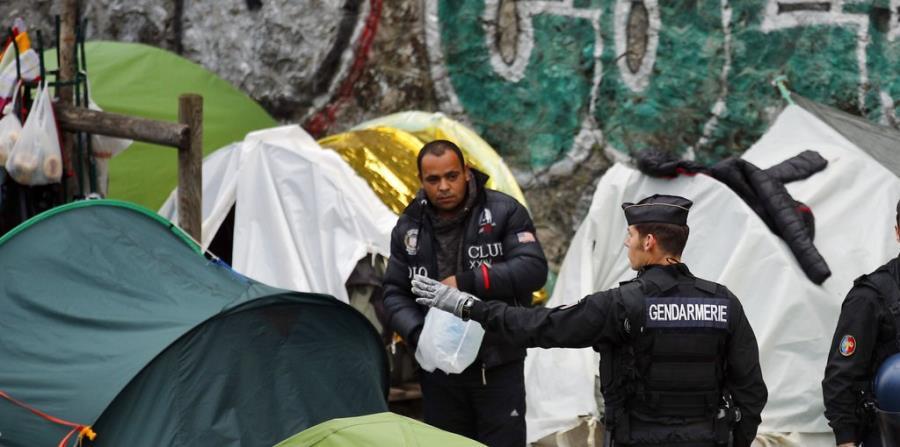 Policía cierra campamentos de migrantes en el centro de París (horizontal-x3)