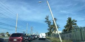 Estos postes amenazan con caerse a ocho meses del huracán María