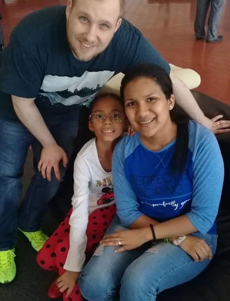 En esta foto distribuida por la familia Holt, Joshua Holt posa con su esposa Thamara y la hija de ella en el aeropuerto de Caracas, sábado 26 de mayo de 2018. (AP) (vertical-x1)