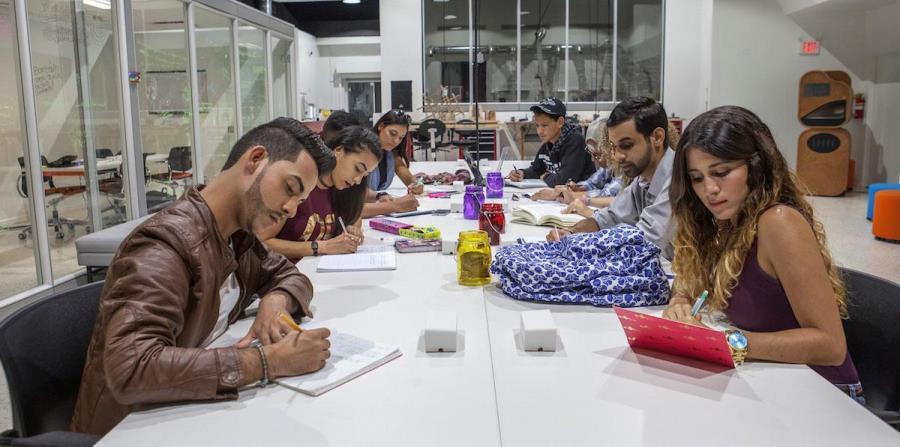 Durante los talleres, los estudiantes aprenderán cómo recopilar información pertinente y cómo redactar noticias, entre otras destrezas relacionadas con el periodismo. (Suministrada) (horizontal-x3)