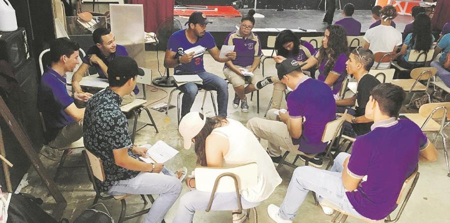 El rapero Negro González ofrece un taller de escritura para rap a estudiantes de escuela superior. (horizontal-x3)