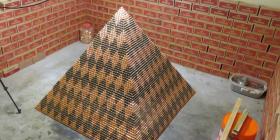Hombre busca romper récord mundial con pirámide hecha con millón de centavos