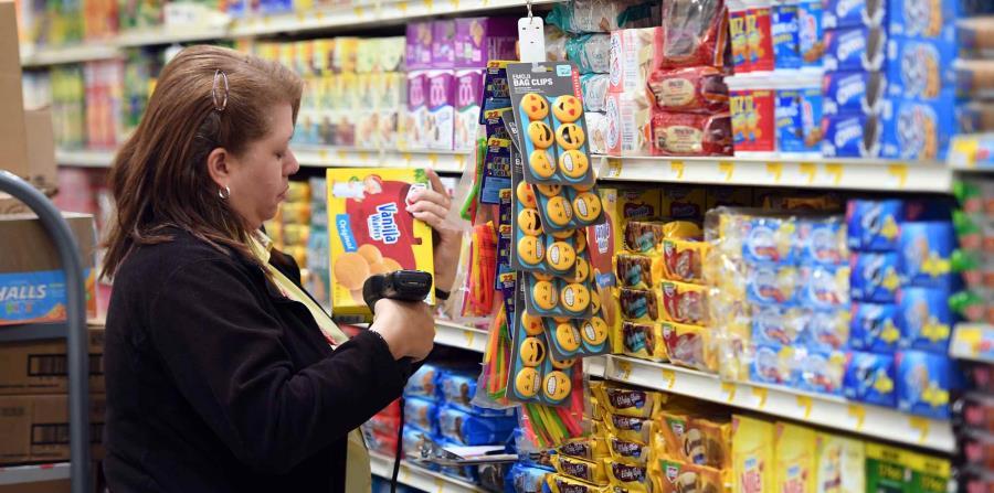Una empleada marca los precios de unas galletas en el supermercado. (GFR Media) (horizontal-x3)
