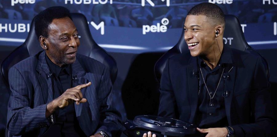 El legendario Pelé, izquierda, y el joven astro del fútbol francés Kylian Mbappé bromean durante un encuentro en París el martes, 2 de abril. (AP) (horizontal-x3)