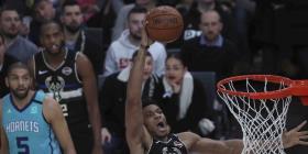 Los Bucks vencen a los Hornets en un partido de la NBA en París