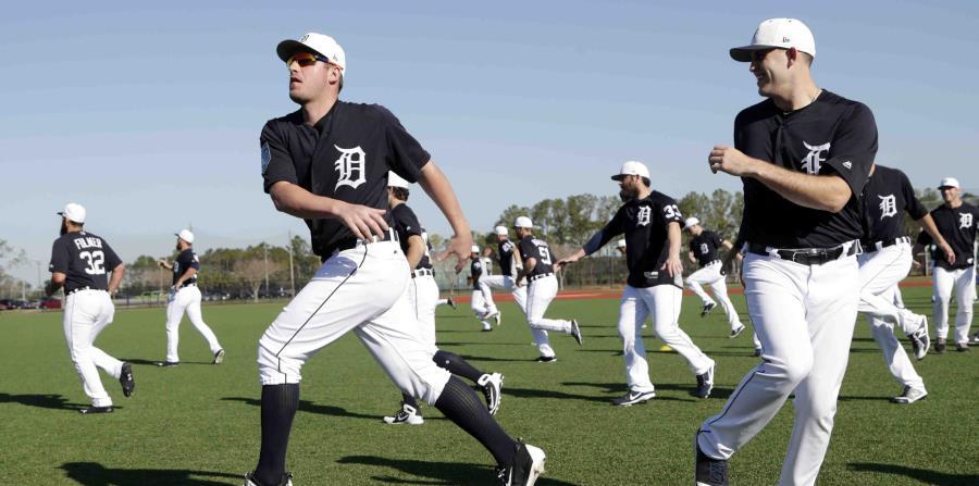 Jugadores de los Tigres de Detroit durante un estiramiento en el campamento primaveral del equipo, el viernes 16 de febrero de 2018, en Lakeland, Florida. (horizontal-x3)